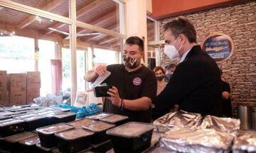 Μερίδες φαγητού και δώρα μοίρασε ο πρωθυπουργός σε ταβέρνα στο Κερατσίνι