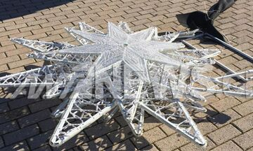 Πειραιάς: Βανδαλισμός χριστουγεννιάτικων στολιδιών στο μνημείο Καραϊσκάκη (pic)