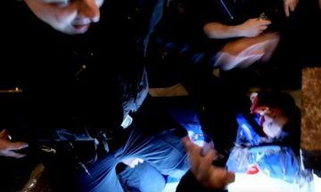Καπιτώλιο: Η στιγμή που αστυνομικοί πυροβολούν την γυναίκα (video)