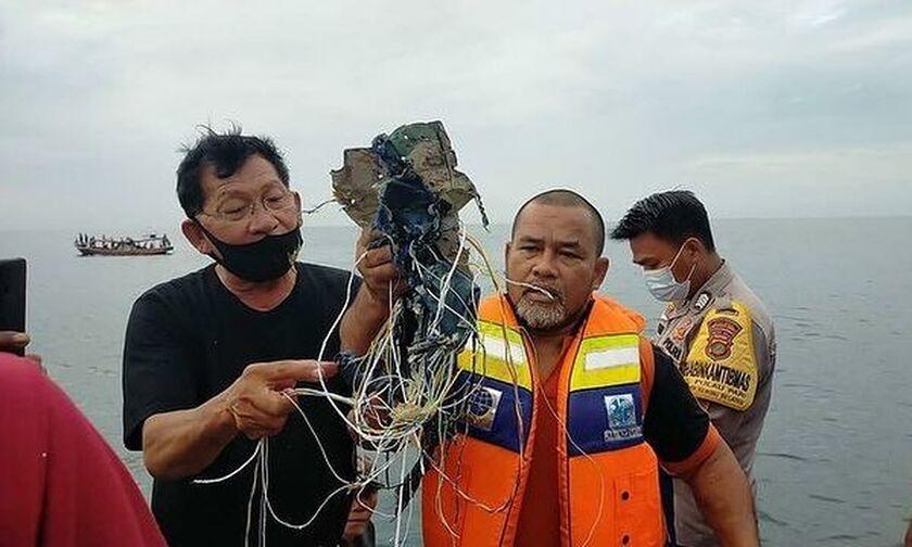 Ινδονησία: Βρέθηκαν συντρίμμια από την πτήση του αγνοούνταν (pics-vids)