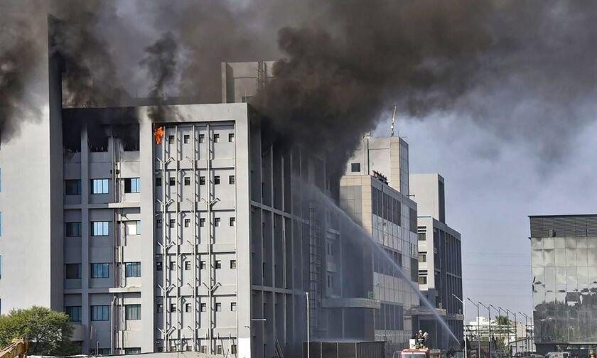 Ινδία: Μεγάλη φωτιά με 5 νεκρούς κοντά σε εργοστάσιο παραγωγής εμβολίων κατά του κορονοϊού (vid)