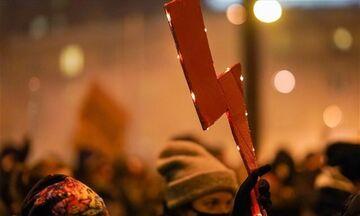Πολωνία: Διαδηλώσεις για τρίτη συνεχόμενη νύχτα μετά την απαγόρευση των αμβλώσεων