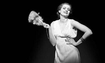 «Για την Ελένη»: Η βραβευμένη παράσταση σε online προβολές (vid)