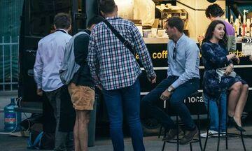 Take Away: Πρόστιμα για τα «πηγαδάκια» έξω από καφέ και εστιατόρια