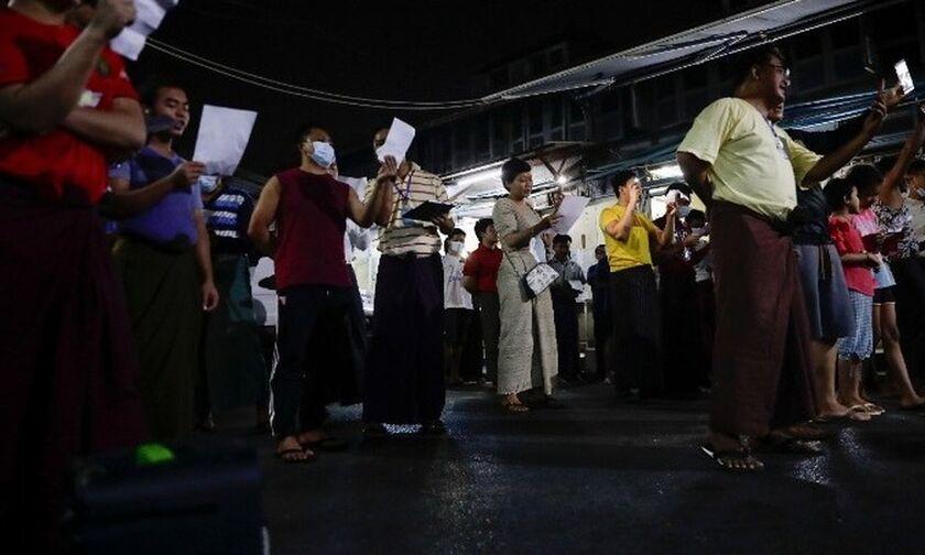 Μιανμάρ: Εκατοντάδες διαδηλώνουν κατά του πραξικοπήματος