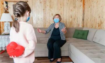 Κορoνοϊός: Πόσο ασφαλές είναι να δουν τα εγγόνια τους οι ηλικιωμένοι που έχουν εμβολιαστεί