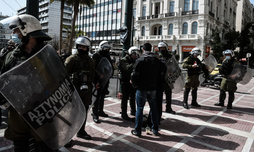 Αθήνα: Επεισόδια στο Σύνταγμα - Προσήχθη και ο Έκτορας Κουφοντίνας