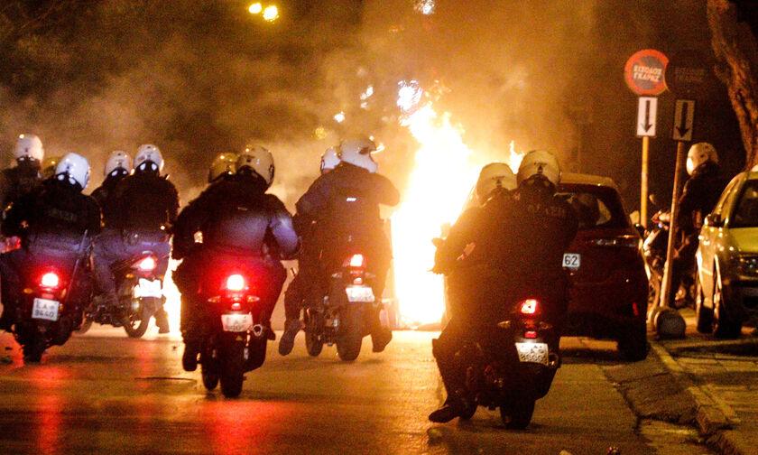 Νέα Σμύρνη: Επεισόδια με μολότοφ και φωτοβολίδες - Τραυματίστηκε αστυνομικός  (vids)