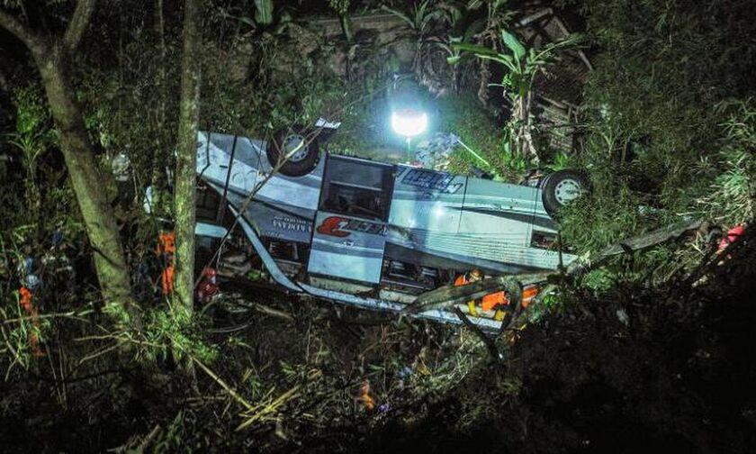 Ινδονησία: 27 νεκροί μετά από πτώση λεωφορείου σε χαράδρα