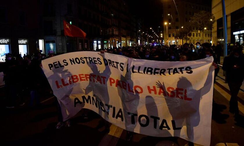 Ισπανία: Εκατοντάδες διαδηλωτές ζητούν να αφεθεί ελεύθερος ο ράπερ Πάμπλο Χασέλ