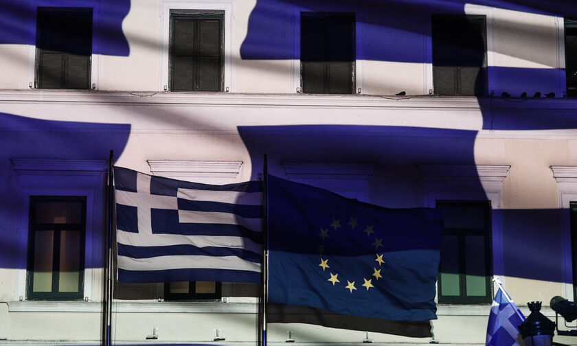 H ελληνική σημαία σε όλο τον κόσμο (vid)