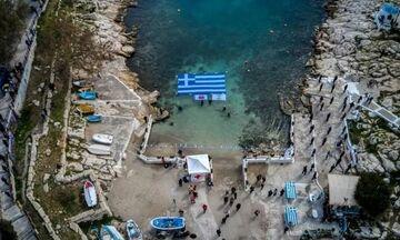 Πειραιάς: Εντυπωσιακή η ελληνική σημαία στα νερά της Πειραϊκής (vid)