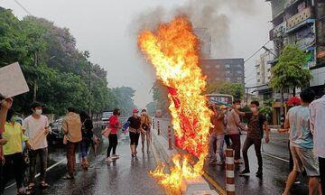 Μιανμάρ: Η Ρωσία δεν θα επιβάλλει κυρώσεις στη χούντα - Διαδηλωτές βάφουν την πόλη με κόκκινη μπογιά