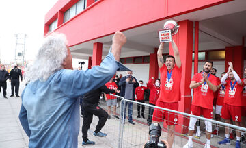 Ολυμπιακός: Οι πρωταθλητές πήγαν το τρόπαιο στη Θύρα-7 έξω από το Ρέντη (vid)