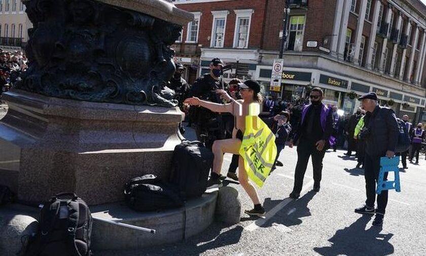 Κηδεία πρίγκιπα Φιλίππου: Συνελήφθη γυναίκα τόπλες που έτρεχε φωνάζοντας! (pic)