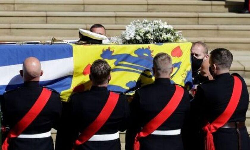 Κηδεία Φίλιππου:  Η ελληνική σημαία που συνόδευσε στην τελευταία του κατοικία τον πρίγκιπα