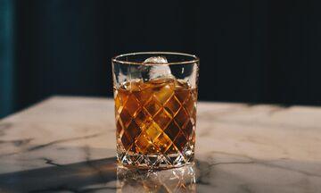 Ουίσκι με νερό, με πάγο ή σκέτο; Ποιο είναι καλύτερο;