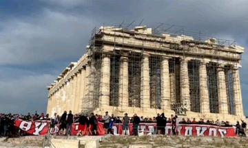 Οπαδοί του Ολυμπιακού σήκωσαν πανό στην Ακρόπολη -Δείτε το βίντεο