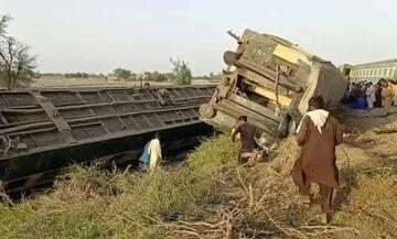 Πακιστάν: 63 νεκροί από εκτροχιασμό και σύγκρουση δύο τρένων