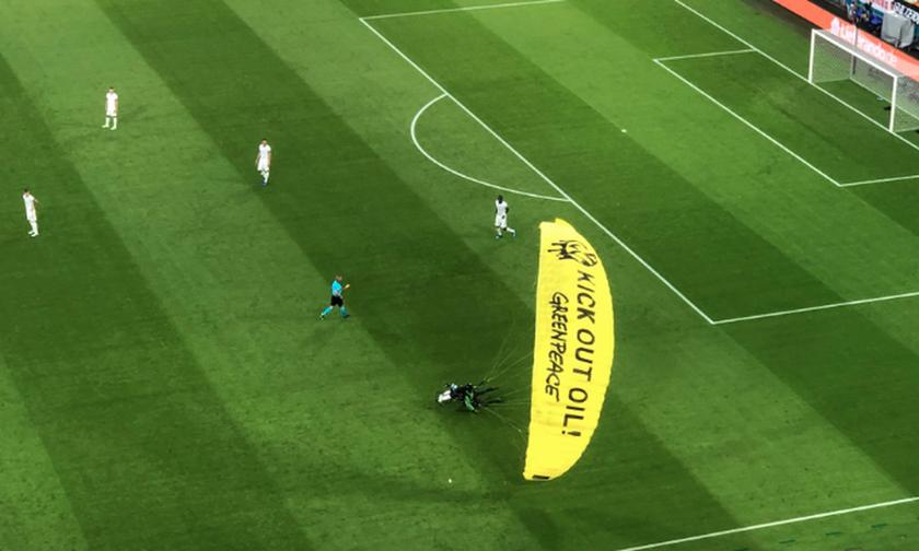 EURO 2020: Διαμαρτυρία με ανεμόπτερο (vid)