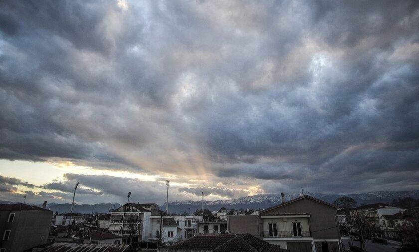 Καιρός: Γενικά αίθριος με πρόσκαιρες νεφώσεις και τοπικές βροχές