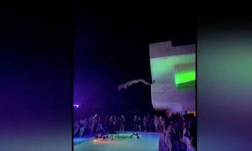Ξέφρενο κορονοπάρτι σε βίλα στη Χαλκίδα - Πηδούσαν από τα μπαλκόνια στην πισίνα! (vid)
