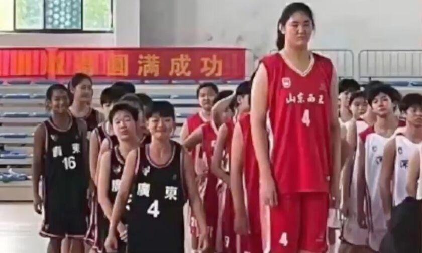 Mπασκετμπολίστρια με ύψος 2,27 μ., μόλις 14 ετών - Δείτε τη (video)