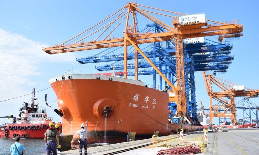 Δείτε πώς έφθασε στο λιμάνι του Πειραιά η νέα γερανογέφυρα (vid)