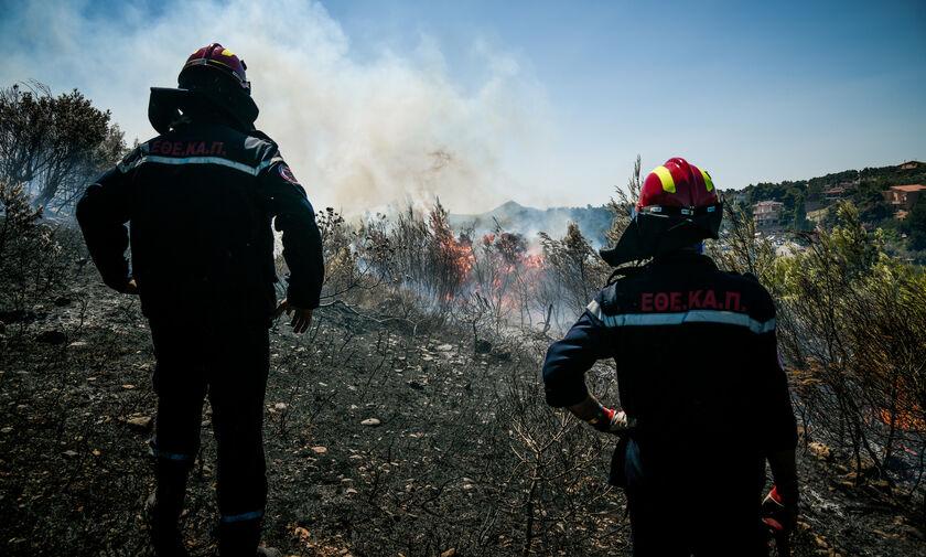 «Συναγερμός» με πυρκαγιά στη Σταμάτα Αττικής που μαίνεται κοντά σε σπίτια
