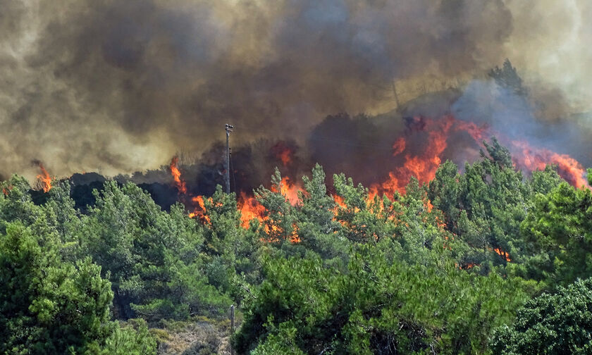 Μαίνεται η πυρκαγιά στη Ρόδο (vid)