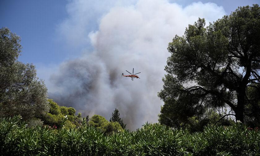 Πυρκαγιά στη Βαρυμπόμπη: Διακοπές ρεύματος και μήνυμα στους κατοίκους από το 112