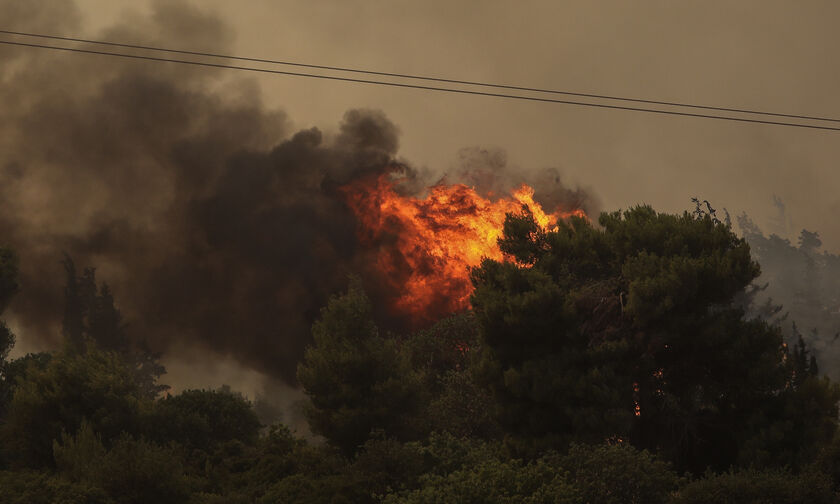 Πυρκαγιά στη Βαρυμπόμπη: Έκλεισε η Εθνική - Εκκενώνονται ο Άγιος Στέφανος και εργοστάσια