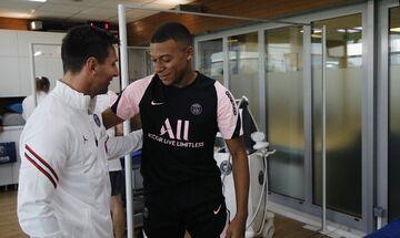 Αγκάλιασε και καλωσόρισε τον Μέσι ο Εμπαπέ πριν από την πρώτη του προπόνηση στην Παρί Σεν Ζερμέν!