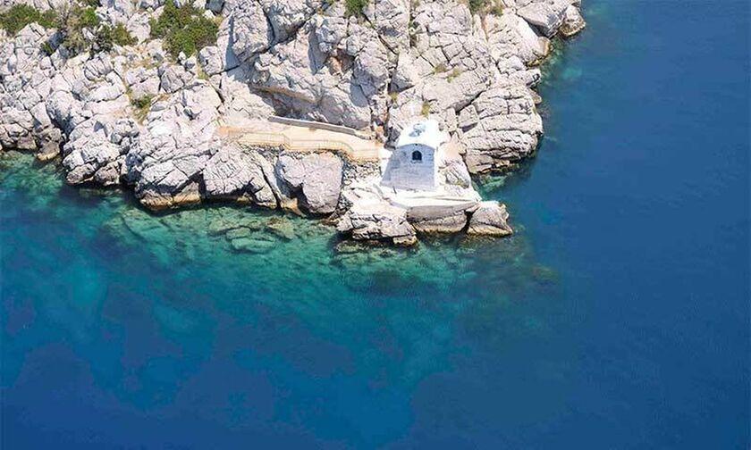 Το εκκλησάκι της Παναγίας που χτίστηκε από κρασί και χώμα στην άκρη ενός βράχου (pics - vid)