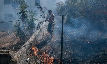Βίλια: Μεγαλώνει το μέτωπο της φωτιάς, νέο μήνυμα από το 112 για εκκενώσεις οικισμών (vid)