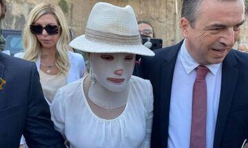 Επίθεση με βιτριόλι: Η γενναία Ιωάννα Παλιοσπύρου έφτασε στο δικαστήριο - Συγκλονιστική εικόνα (vid)
