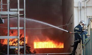 Ασπρόπυργος: Καταστράφηκε από πυρκαγιά εργοστάσιο ξυλείας (vid)