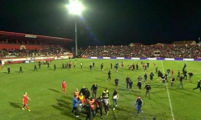 Οπαδοί της Βελέζ διεκόψαν το ματς με την Μπόρατς, ενώ έκαψαν το αμάξι των διαιτητών, χτυπώντας έναν!