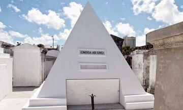 Η πυραμίδα-τάφος του Νίκολας Κέιτζ!