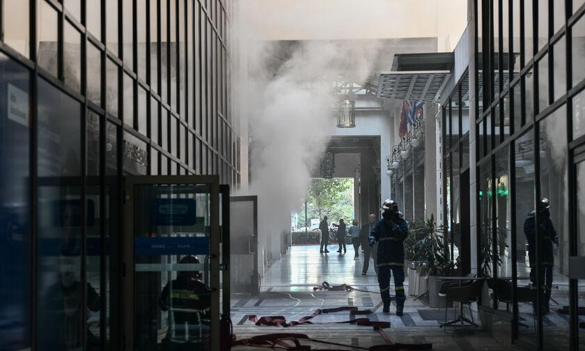 Πυκνός καπνός σε υπόγειο τράπεζας στην οδό Σταδίου (vid)