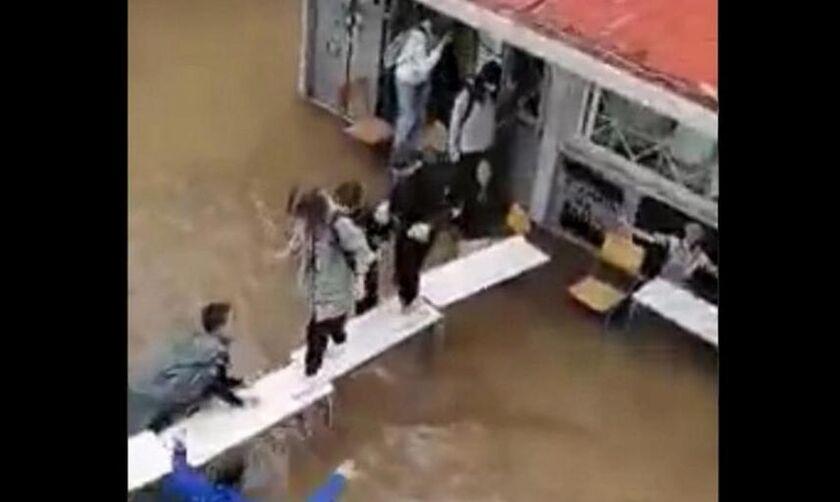 «Μπάλλος»: Έστησαν «γέφυρα» με θρανία για να φύγουν οι μαθητές (vids)