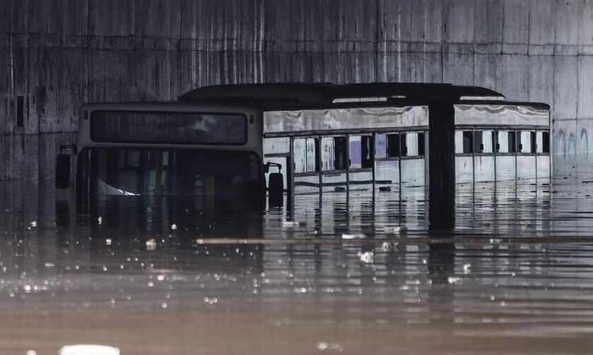 «Μπάλλος»: Λεωφορείο βούλιαξε σε υπόγεια διάβαση στην Ποσειδώνος (vid)