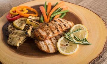Τι ώρα να τρώτε βραδινό εάν προσπαθείτε να χάσετε βάρος;